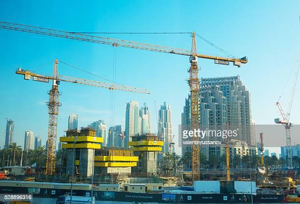 Neue Bauarbeiten in Dubai bei Tag