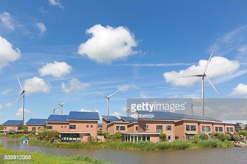 Nova família casa com painéis solares e windturbines : Foto de stock