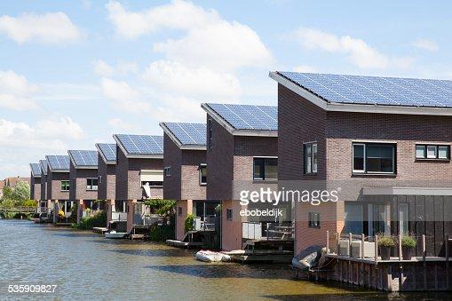 Nuova famiglia casa con pannelli solari sul tetto : Foto stock