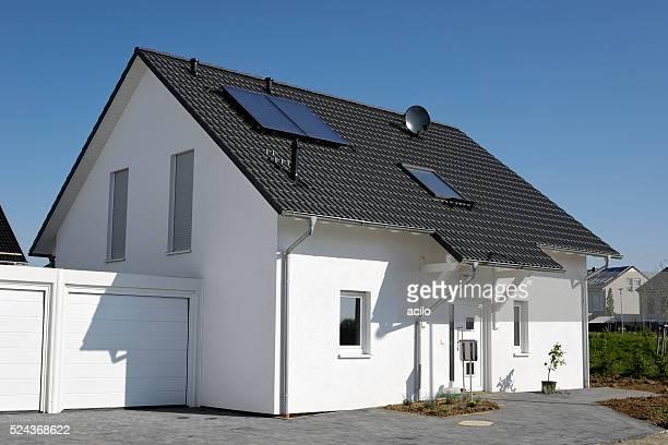 Nouveau générique une famille maison avec garage