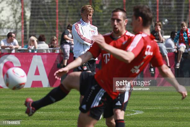 New head coach Andries Jonker looks on whilst Miroslav Klose and team mate Franck Ribery battles for the ball during the Bayern Muenchen training...