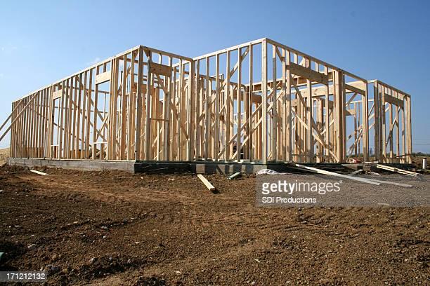 Neues Zuhause Bauarbeiten an Schmutz-Parkplatz mit Himmel im Hintergrund.