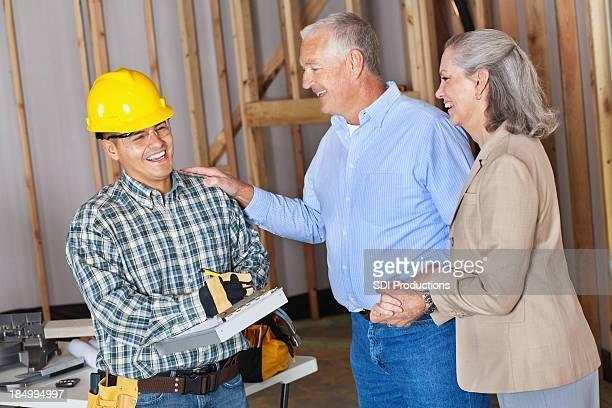 Nouveaux propriétaires heureux builder de cours