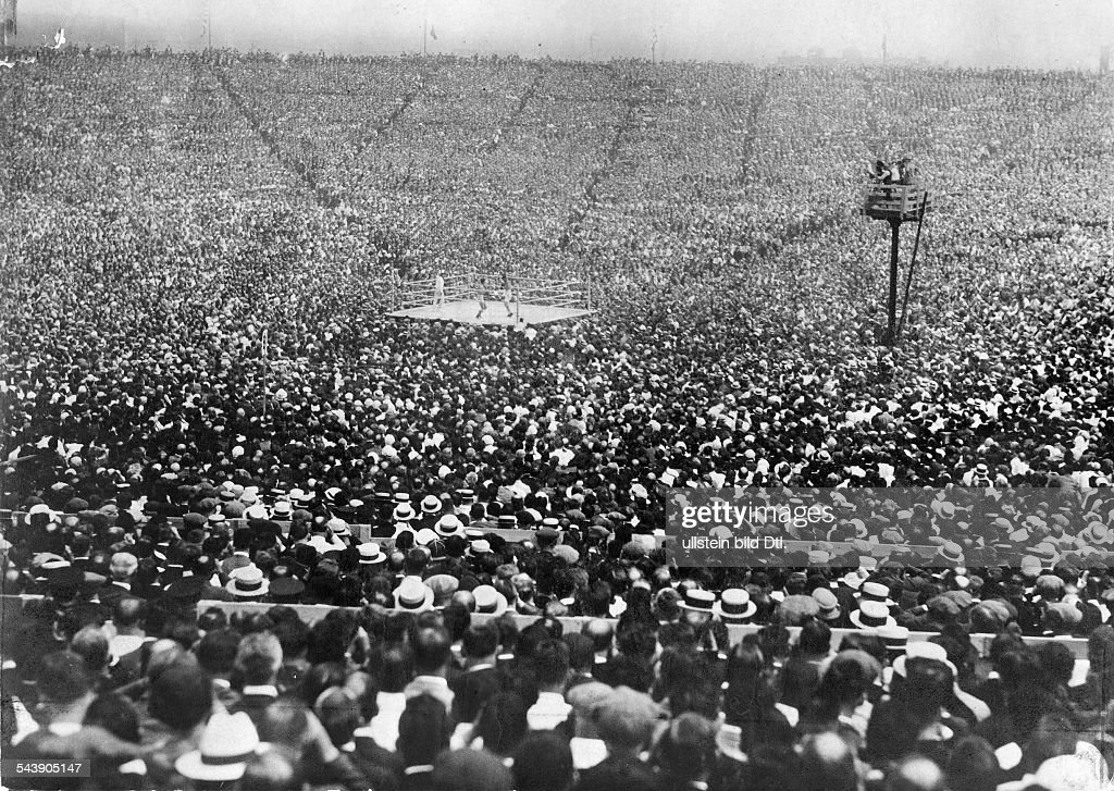 100000 spectators during the boxing match for the championship in the heavyweight Jack Dempsey against Georges Carpentier at Boyle's Thirty Acres...