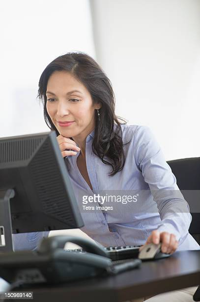 USA, New Jersey, Jersey City, Business woman working on computer