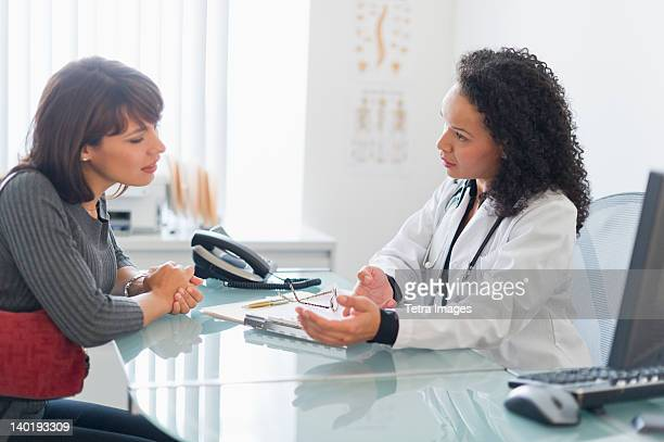 USA, New Jersey, Jersey City, Doctor with patient in office