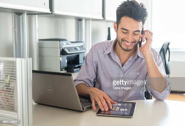 USA, New Jersey, Jersey City, Man using technology in office