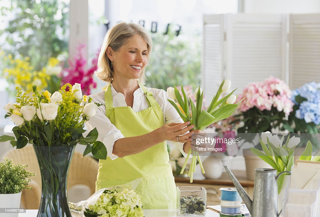 USA, New Jersey, Jersey City, Senior female florist arranging bouquet