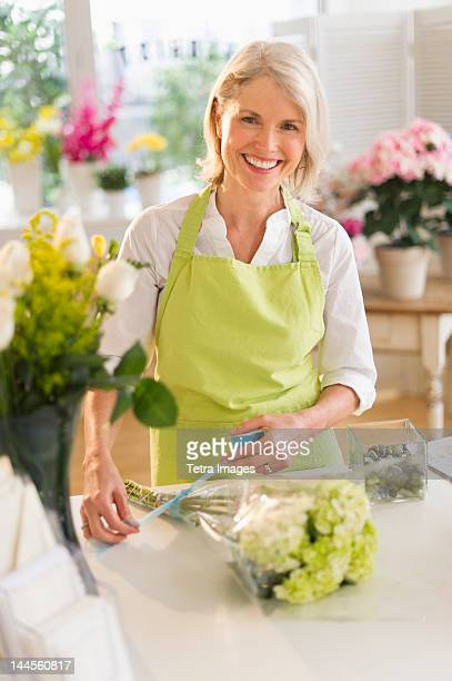 USA, New Jersey, Jersey City, Senior female florist arranging bouquet