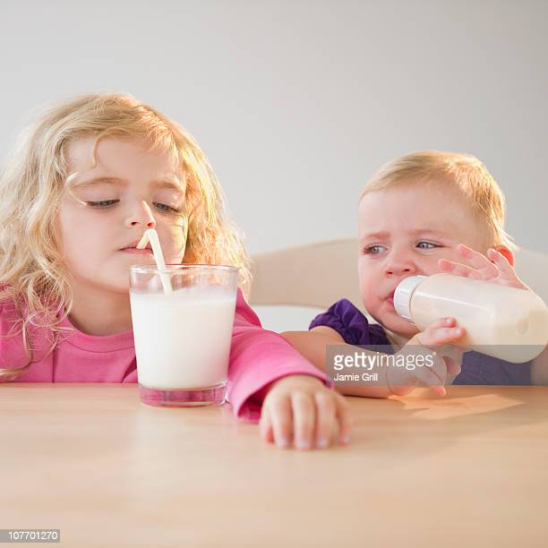 USA, New Jersey, Jersey City, Two blond girls (20 months, 4-5) drinking milk