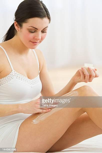 USA, New Jersey, Jersey City, Woman applying moisturizer