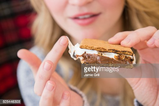 USA, New Jersey, Jersey City, Woman holding smores