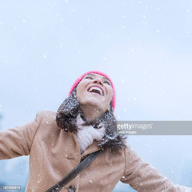 USA, New Jersey, Jersey City, Woman in snowfall