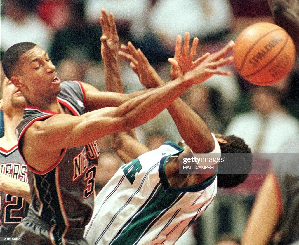 New Jersey Nets guard Kerry Kittles L tries to p