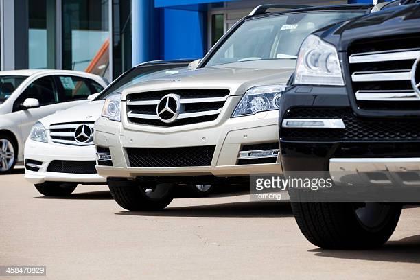 新しいメルセデスの車両の列で車ディーラー