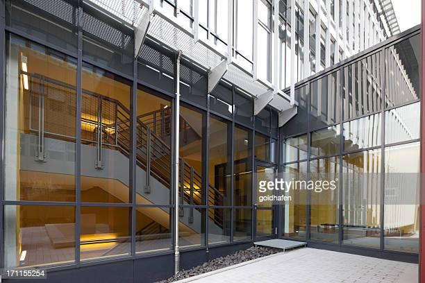 新オフィスビルの階段とドア