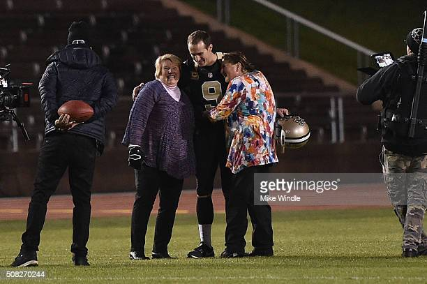 New Orleans Saints quarterback Drew Brees surprises fans who won the opportunity to play catch with him as part of Verizon's #Minute50 program at...