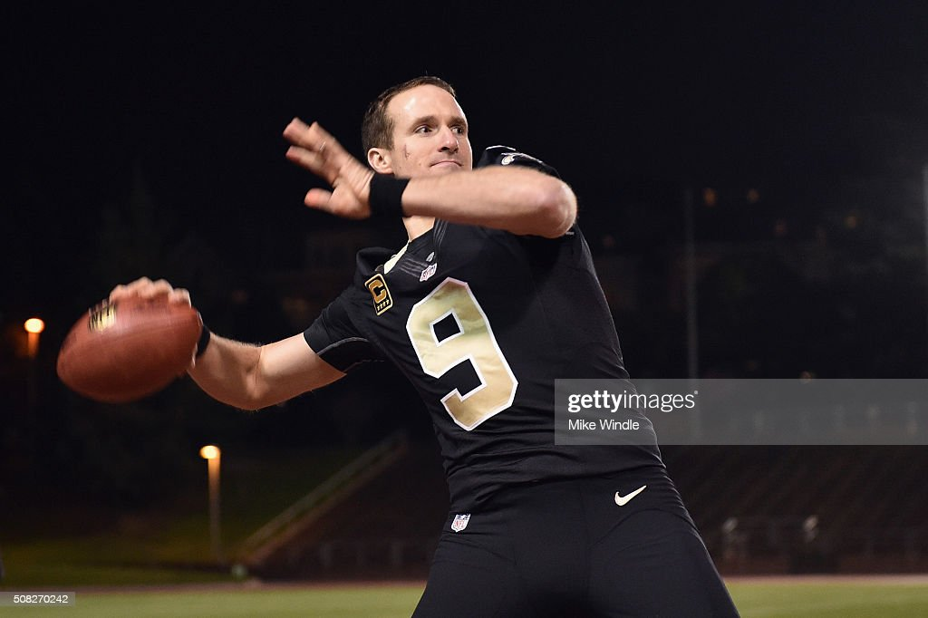 New Orleans Saints quarterback <a gi-track='captionPersonalityLinkClicked' href=/galleries/search?phrase=Drew+Brees&family=editorial&specificpeople=202562 ng-click='$event.stopPropagation()'>Drew Brees</a> throws a pass to a Verizon #Minute50 winner at Kezar Stadium on February 3, 2016 in San Francisco, California.