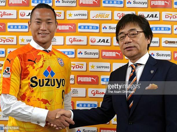 New player Jong TaeSe shakes hands with Shimizu SPulse president Shigeo Hidaritomo during a press conference on July 13 2015 in Shizuoka Japan