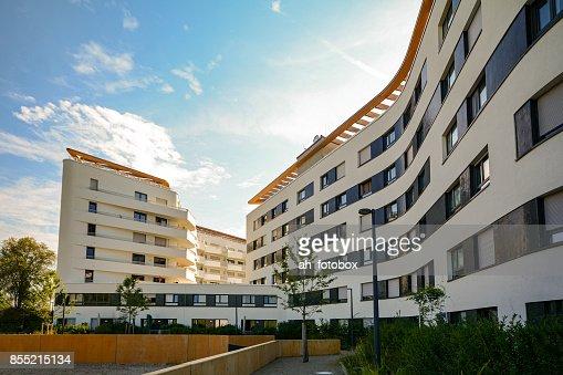 Neubau Wohn- und Geschäftshaus mit moderner Fassade in der Stadt : Stock-Foto