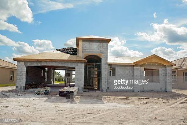 Nuova costruzione casa residenziale di fronte serie