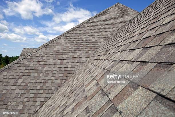 Neue, schindelgedecktes Dach mit blauer Himmel Hintergrund