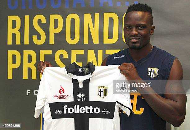 New signing for Parma FC MacDonald Mariga poses with the club shirt during a press conference at the club's training ground on September 18 2014 in...