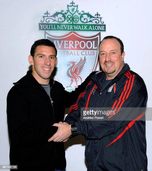 ¿Cuánto mide Rafa Benítez? New-signing-maxi-rodriguez-of-liverpool-shakes-hands-with-manager-picture-id95748286?s=594x594