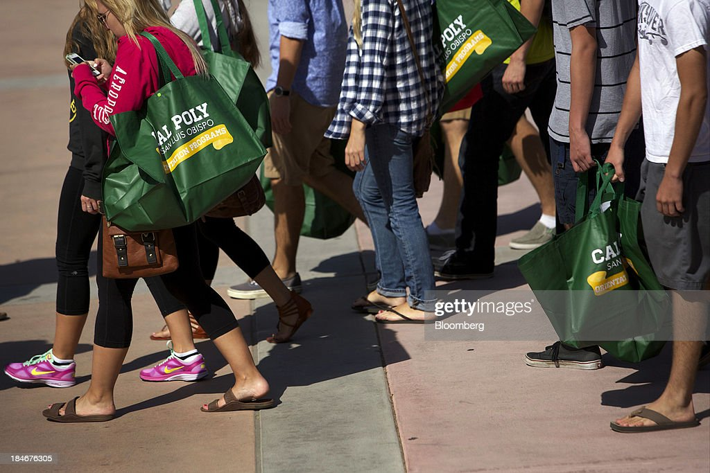 New students carry bags during orientation on the campus of California Polytechnic State University San Luis Obispo in San Luis Obispo California US...