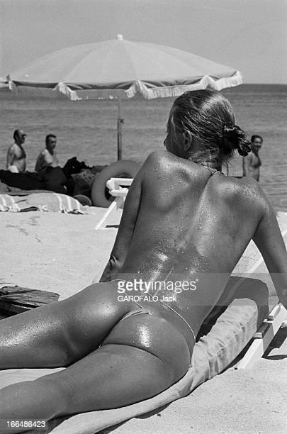 New Swimwears In SaintTropez France SaintTropez 2 juillet 1974 une nouvelle mode de maillot de bain fait sensation sur les plages le 'string' qui...