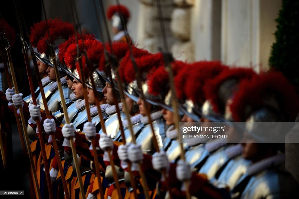 New swiss guard stand during a swearing-in ceremony in Vatican City, on May 6, 2016. The annual swearing in ceremony for the new papal Swiss guards takes place on May 6, commemorating the 147 who died defending Pope Clement VII on the same day in 1527 during the sack of Rome. / AFP / FILIPPO