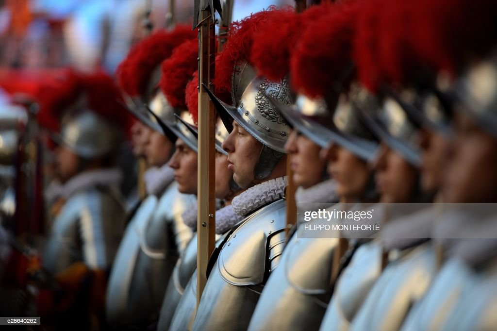 New swiss guards stand duirng a swearing-in ceremony in Vatican City, on May 6, 2016. The annual swearing in ceremony for the new papal Swiss guards takes place on May 6, commemorating the 147 who died defending Pope Clement VII on the same day in 1527 during the sack of Rome. / AFP / FILIPPO