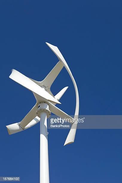 新しい垂直型風力発電機のインストールに、クリアブルースカイ