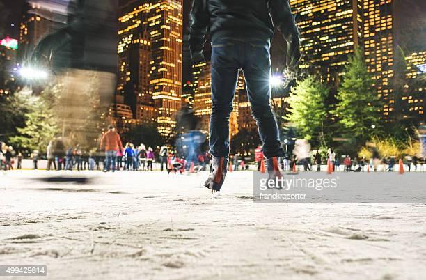 Anno nuovo central park a New York persone col pattinaggio su ghiaccio