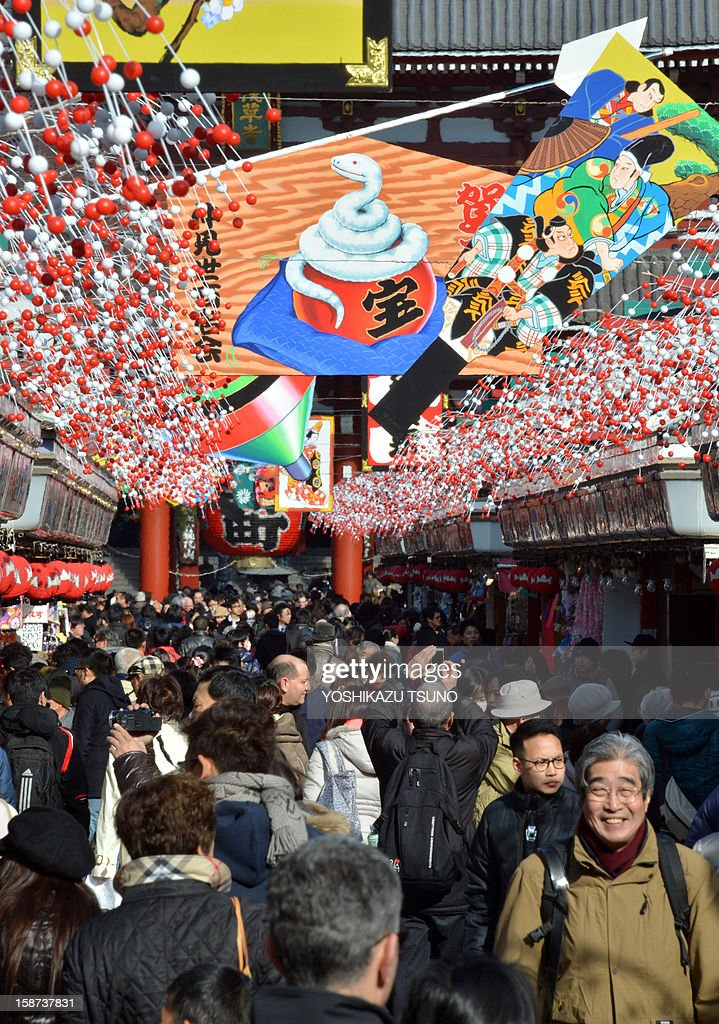 New Year decorations are displayed at the Nakamise shopping alley approaching Sensoji temple in Tokyo's Asakusa area on December 27, 2012. Japan has started to prepare for the New Year's break, one of the biggest holidays of the calendar in the country. AFP PHOTO / Yoshikazu TSUNO