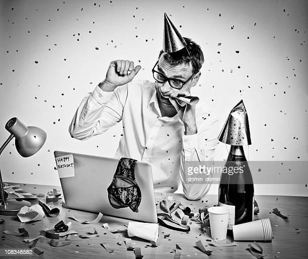Fiesta de Año nuevo, cumpleaños, hungover hombre por detrás de una computadora portátil, oficina, retro