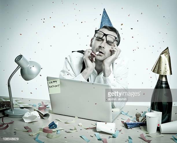 Silvester-Party, Geburtstag, hungover Mann hinter der Rezeption, Büro