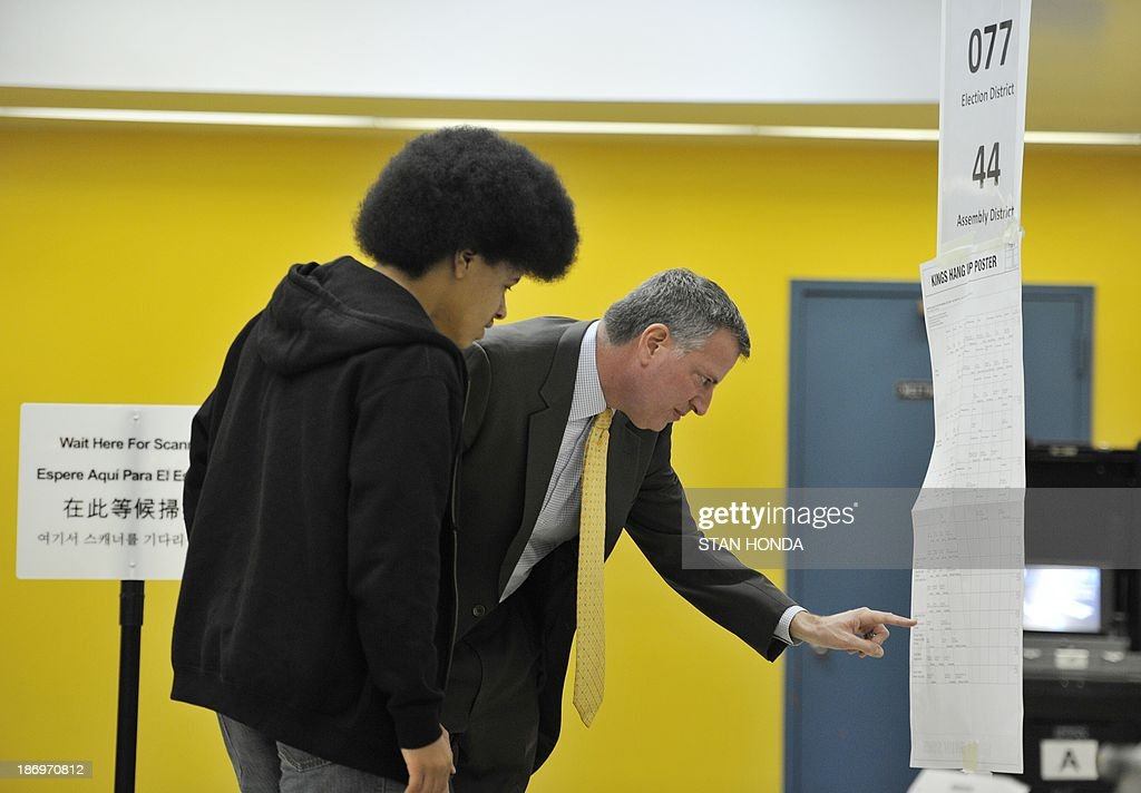 New York City Democratic mayoral candidate Bill de Blasio and son Dante (L) prepare to vote at the Park Slope Branch Public Library in the Brooklyn borough of New York November 5, 2013. AFP PHOTO/Stan HONDA