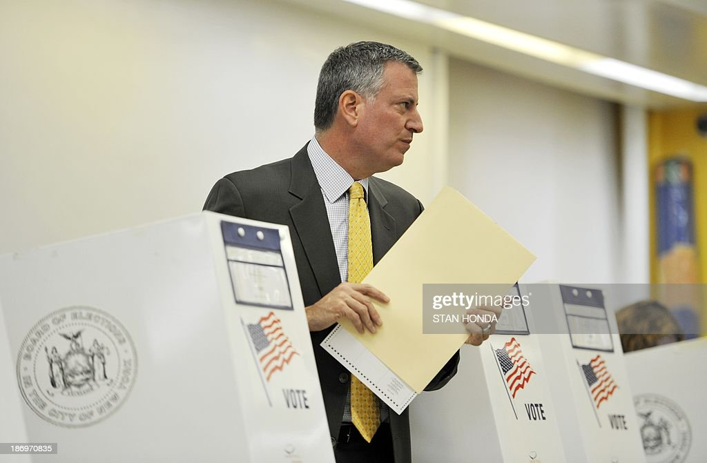 New York City Democratic mayoral candidate Bill de Blasio holds his ballot after voting at the Park Slope Branch Public Library in the Brooklyn borough of New York November 5, 2013. AFP PHOTO/Stan HONDA