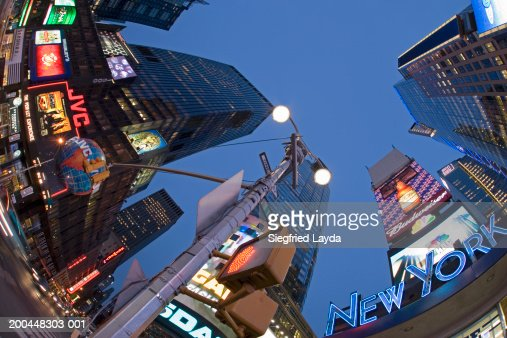 USA, New York City, neon-lit buildings and road sign (fisheye lens) : Stockfoto