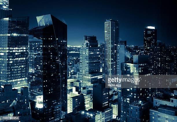 Von New York City Skyline bei Nacht im Blauton