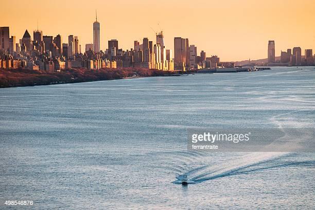 Edificios de la ciudad de Nueva York sobre el río Hudson en puesta de sol