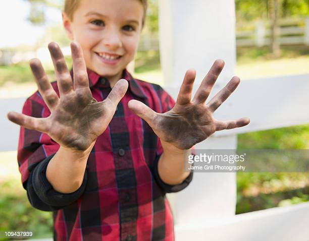 USA, New York, Flanders, Boy (4-5) showing dirty hands