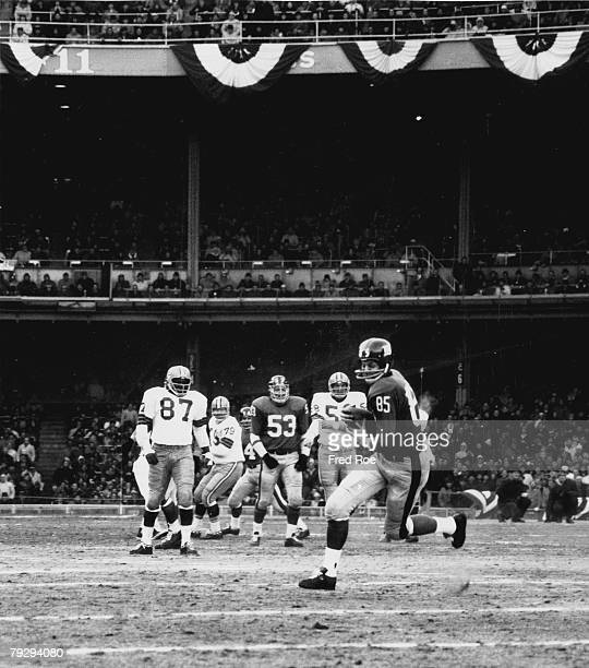 New York Giants end Del Shofner on a carry in a 167 loss to the Green Bay Packers in the 1962 NFL Championship on December 30 1962 at Yankees Stadium...