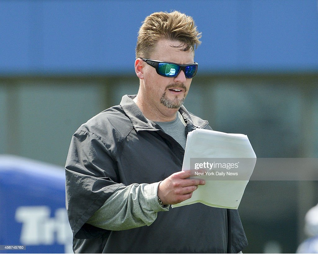 New York Giants offensive coordinator Ben Mcadoo goes over new game plan at New York Giants Training Camp @ Quest Diagnostics Training Center