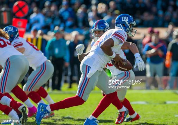 New York Giants quarterback Geno Smith gets set to hand the ball off in the first quarter during the game between the Oakland Raiders and the New...