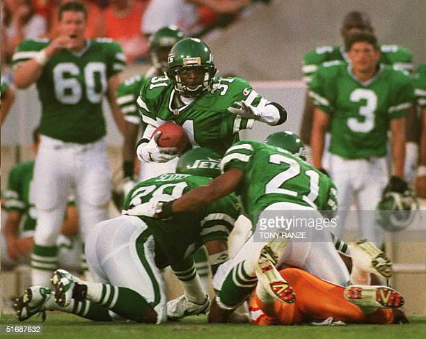 New York Jets defensive corner back Aaron Glenn runs for yardage after picked up a fumble from Tampa Bay Buccaneers wider receiver Lawrence Dawsey...