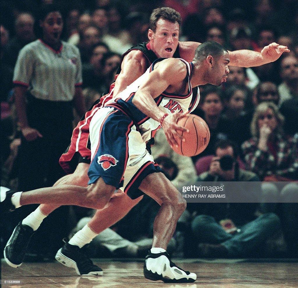 New York Knicks Allan Houston drives by the Miami