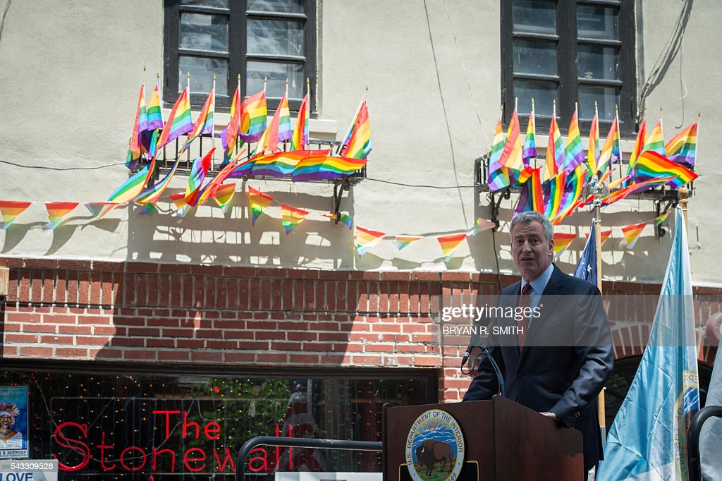 New York Mayor Bill de Blasio joins elected officials, advocates and New Yorkers in designating Stonewall Inn a National Monument on June 27, 2016 in New York. / AFP / Bryan R. Smith