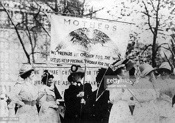 USA New York New York City Women's rights activists demonstrating for women's suffrage on the 5th Avenue 1901 Vintage property of ullstein bild